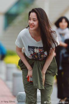 Cute Simple Wallpapers, Beautiful Chinese Women, Chinese Actress, Girl Crushes, Kpop Girls, Asian Beauty, Ulzzang, Asian Girl, Military Jacket