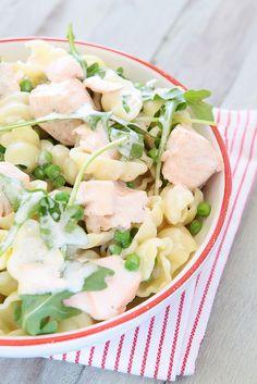 gemakkelijke en gezonde pasta met zalm, rucola, light room en doperwtjes