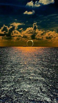 Eclipse solar captado sobre el sur del océano Pacífico.
