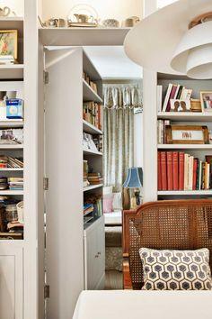 Un pasadizo secreto - AD España, © Natalia Apezetxea Escondida en la biblioteca, una puerta conduce a la habitación de invitados. Foto Natalia Apezetxea