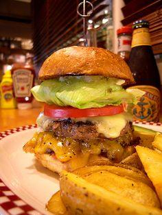 MUNCH'S BURGER SHACK 港区芝に構える、ハンバーガーマニアの有名店。特に「肉」へのこだわりが強く、自家製ベーコンは5日間かけて熟成させ、仕込むとのこと。食べる前から肉汁溢れるパティもたまらない。  住所:港区芝2-26-1 i・smartビル 1F・2F 営業時間:火~金 11:00~15:00、17:30~21:00、土 11:00~21:00、日・祝 11:00~16:00 L.O 定休日:月曜日 #Tokyo #芝 #Burger