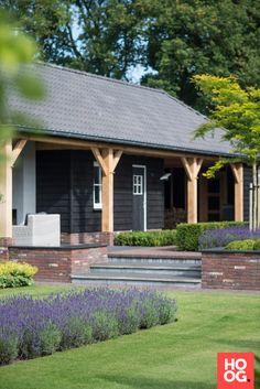 Luxe houten bijgebouw met overkapping