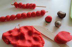 Co budeme dnes vařit mami? Modelínu!A co budememodelovat? Třebapodzimní červené šípky nebo jablíčka na větvičkách.