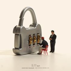 Small figurines interacting with everyday objects, in interesting ways. Miniature Photography, Toys Photography, Creative Photography, Product Photography, Small Figurines, Miniature Figurines, Macro Fotografie, Miniature Calendar, Grandeur Nature