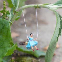 Slinkachu é um artista que cria miniaturas muito criativas em lugares ainda mais criativos.