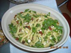 Pastasalade met gedroogde tomaten, rucola en feta
