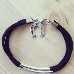 Pulsera hecha a mano. Herradura, suerte y salud .negra . bracelet handmade black lucky