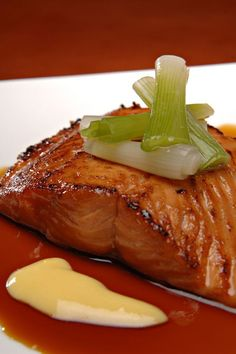 This salmon is marinated in a delicious mixture of maple syrup, soy sauce and garlic, then baked in the oven until tender and flaky. For the last 5 minutes, the salmon goes under the broiler, …