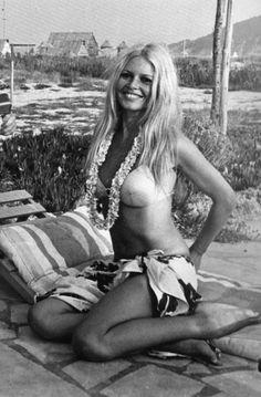 Brigitte Bardot this women is beautiful Brigitte Bardot, Bridget Bardot, Divas, Johann Wolfgang Von Goethe, Paris Match, And God Created Woman, French Actress, Monochrom, The Bikini