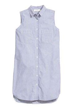 Vestido camisero sin mangas: Vestido camisero corto en tejido de algodón. Modelo sin mangas, con botones delante, dos bolsillos superiores, bajo redondeado y espalda algo más larga.