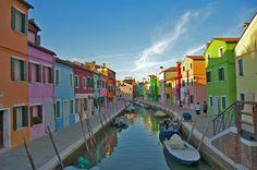 Tra i tanti luoghi incantevoli di Venezia, dobbiamo citare per forza, l'isola di Burano. Ricca di colori, di piccole vie e centro del vetro soffiato più famoso al mondo.