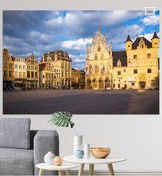 De gebouwen aan de markt in Mechelen aan het begin van de avond. De lucht is vol met  wolken en zien er bij het licht dreigend uit. Het avondlicht maakt dat de gebouwen er fantastisch uitzien. Barcelona Cathedral, Canvas, Building, Prints, Travel, Clouds, Tela, Viajes, Buildings