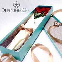 Regalar flores siempre es algo lindo; ponerlas en una caja de Duartee&Co es…