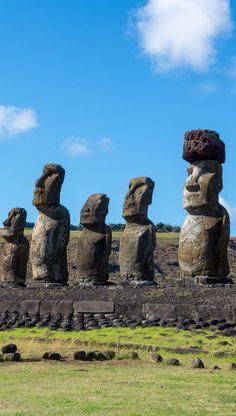 15 Moaïs de L'ahu Tongariki vu de côté sur L'île de Pâques #chili #chile #moai #iledepâques Statues, Puerto Natales, San Pedro, Les Fjords, Monuments, Easter Island, Ancient Mysteries, Ancient Civilizations, Countries Of The World