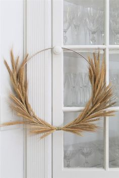 Minimalist modern Fall wreath made with a diameter steel ring thick) and natural wheat grass. Reminiscent of modern Swedish cottage decor. Diy Fall Wreath, Fall Diy, Fall Wreaths, Ribbon Wreaths, Tulle Wreath, Floral Wreaths, Burlap Wreaths, Summer Wreath, Door Wreaths