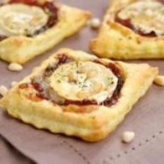 Toasts feuilletés au confit d'oignons et chèvre – Ingrédients de la recette : 1 pâte feuilletée, 2 bûchettes de chèvre, 2 cuillèreà soupe de pignons de pin, des fines herbes