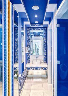 Mosaicos coloridos adornan las paredes de esta sala de baño única.