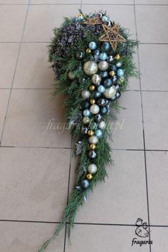 Christmas Flower Arrangements, Christmas Flowers, Beautiful Flower Arrangements, Christmas Wreaths, Cemetery Decorations, Christmas Yard Decorations, Christmas Themes, Winter Bouquet, Funeral Arrangements