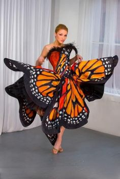 The success of the Luly Yang butterfly dress has transformed Yang from a graphic designer to an internationally-known designer of couture. Though she has created many other beautiful styles, the butterfly dress holds lasting fascination. Butterfly Fashion, Butterfly Dress, Monarch Butterfly, Butterfly Costume, Butterfly Wings, Madame Butterfly, Orange Butterfly, Butterfly Party, Butterfly Design