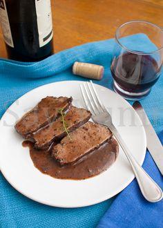 L'arrosto al vino rosso è un secondo piatto facile che si prepara con erbe aromatiche e del buon vino rosso. Ideale per un pranzo di festa.