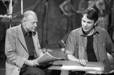 """Säveltäjä Erik Bergman ja kuoronjohtaja Matti Hyökki tutkivat Bergmanin Kalevala-aiheisen sävellyksen """"Loitsuja"""" nuotteja syksyllä 1988. Ylioppilaskunnan Laulajat esitti teoksen Ylen tv-ohjelmassa. Anton, Che Guevara, Tv, Television Set, Tvs, Television"""