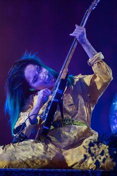 Sanni revitteli kitarasoolossaan. Mood Boards, Idol, Concert, Amazing, Music, Inspiration, Musica, Biblical Inspiration, Musik
