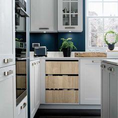 En moderne vri på det klassiske kjøkkenet! Legg også merke til den stramme rammen til modellen Nebraska! Nebraska, Kitchen Cabinets, Home Decor, Decoration Home, Room Decor, Cabinets, Home Interior Design, Dressers, Home Decoration