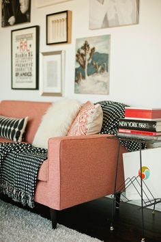 Moody's Home - Le petit canapé rose - Photo : My Living Room, Home And Living, Living Spaces, Cozy Living, Small Living, Living Area, Home Interior, Interior Decorating, Decorating Ideas