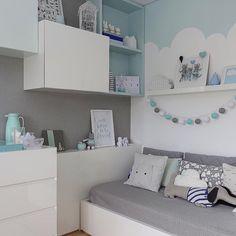 Projeto @nicolemoasarquitetura com pintura @atelierthaisperes. Fotos @marianaorsifotografia. ⬅️ Arrasta para ver o quarto inteiro.