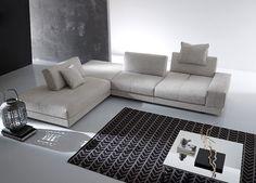 Divano Gurian by Mobilificio Corò, con movimento relax negli schienali, che permette una doppia profondità di seduta.