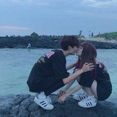 korean couple ulzzang having ice cream Couple Ulzzang, Ulzzang Korean Girl, Couple Avatar, Parejas Goals Tumblr, Couple Goals Cuddling, Couple Aesthetic, Girl Couple, Korean Couple, Cute Korean
