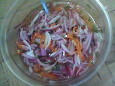 Salsa de cebolla morada: 1 cebolla morada fileteada fino, 4 chiles habaneros fileteados fino, cilantro picado, 1/2 t. jugo de naranja, 1/2 t. vinagre blanco, sal, oregano y pimienta, mezcla todo y deja macerar