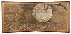 Paravent deux panneaux (byobu) pour salon de thè figurant une peinture anonyme reprèsentant sur fond de feuilles d'argent des arbustes de hagi (Lespèdèzes) et des plantes susuki (Miscanthus sinensis) devant une pleine lune. Pèriode Showa H.: 85 cm x l.: 94,5 cm Two panel byobu-screen for the tea-room depicting an anonymous painting on silver-leaf with hagi-bush clover and susuki grass before the harvest moon. Showa period
