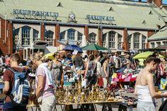 Kirpputori Hietalahden hallin edessä kesällä. / Flea market in front of the Hietalahti market hall in summer.