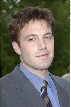For this hairstyle, Ben Affleck has his hair short and layered.  The hair is trimmed neatly over at the ears with the top spiky and a fringe styled onto the forehead.  This is a classy, clean look.This is a short haircut.The hair colour is medium brown.