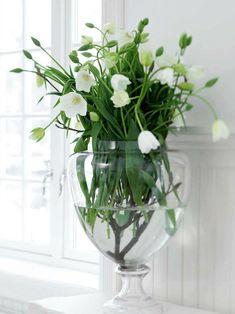 optie - de wilde bloemen combineren met een tafel van witte tulen in transparante vazen op allerlei manieren geschikt..