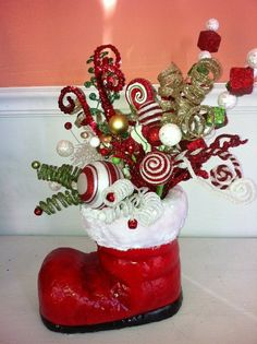 Christmas DIY : Christmas boot centerpiece red and green Christmas Floral Arrangements, Christmas Table Centerpieces, Easy Christmas Decorations, Christmas Tables, Christmas Flowers, Simple Christmas, Christmas Wreaths, Christmas Ornaments, Advent Wreaths