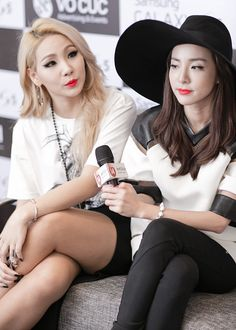 """In the latest episode of tvN's """"Livin' the Double Life"""", CL invited groupmate Dara to her Christmas party. While the pair had a lot of fun, Dara confides that CL gave her dating advice that made a guy run away from her. Kpop Girl Groups, Korean Girl Groups, Kpop Girls, Christina Aguilera, Aaliyah, Jennifer Lopez, Rihanna, Chaelin Lee, Rapper"""