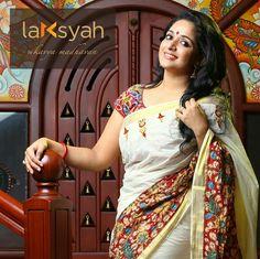 Kavya madhavan in pen kalamkari saree Onam Saree, Kalamkari Saree, Kalamkari Blouses, Kerala Saree Blouse Designs, Kalamkari Designs, Kerala Traditional Saree, Set Saree, Indian Kurta, Simple Sarees