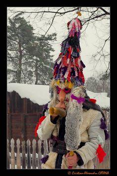 Romanian folk mask via Clipe-hoinare Facebook Page Anul Nou, Transylvania Romania, City People, Winter Solstice, Facades, Wearable Art, Folk Art, Carnival, Sketches