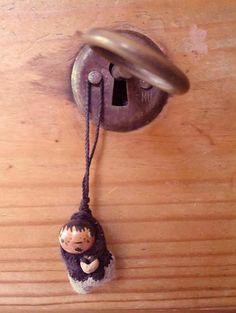 No hay más chic que reutilizar.  La preciada mesa de patio de mi abuelo, una llave que no encaja para un cajón siempre abierto, una cuenta de barro que ahora es cabeza de niño malo, traje de calcetín viejo con cuenta de joya de pobre. IdearioMU www.mumusu.es