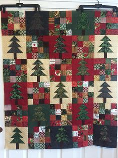 Blocks and colors Christmas Tree Quilt, Christmas Quilt Patterns, Christmas Quilting, Christmas Sewing, Christmas Fabric, Christmas Crafts, Xmas, Quilt Of Valor, Square Quilt
