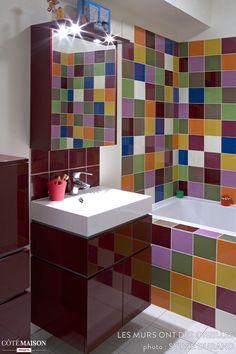 Salle de bains aux carreaux multicolores