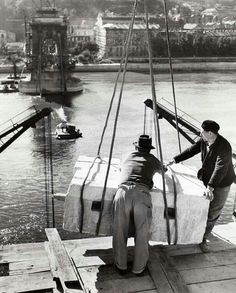 Rebuilding the Chain Bridge (Robert Capa) Visit Budapest, Budapest Hungary, Old Pictures, Old Photos, Vintage Photos, 10 Picture, Famous Landmarks, The Good Old Days, Vintage Photography