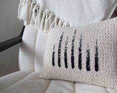 Monochrome knit pillow tutorial #DIY #knitting #embroidery