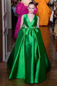 See all the Valentino Haute couture Fall/Winter photos on Vogue. Style Haute Couture, Couture Fashion, Runway Fashion, Collection Couture, Fashion Show Collection, Winter Collection, Fashion Week 2018, New Fashion Trends, Fashion 2017