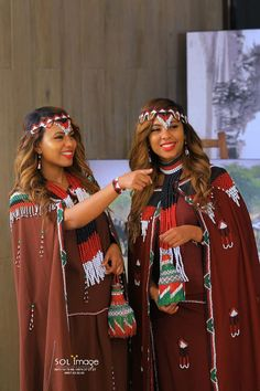 Ethiopian twins doctors are getting ready to celebrate Irreecha in Addis Ababa (Finfinne) Ethiopian Beauty, Ethiopian Dress, African Accessories, Head Accessories, Ethiopian Traditional Dress, Traditional Dresses, Folk Costume, Costumes, Oromo People