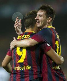 GRA337. BARCELONA, 26/10/2013.- El delantero chileno del FC Barcelona Alexis Sánchez (i) celebra con su compañero argentino Lionel Messi (d)...