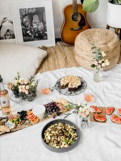 Staying in is the new going out. Especially when it involves an indoor picnic and your boo. Here are 5 steps to create the perfect indoor picnic date night! Indoor Picnic Date, Picnic Date Food, Picnic Dinner, Picnic Foods, Date Dinner, Picnic Time, Picnic Ideas, Night Picnic, Picnic Snacks