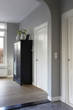 Binnenkijken bij Claudia & Erik-Jan - woonstijl.nl House Colors, Floor Colors, Gray Interior, Interior Design, Tv Wall Decor, Shabby Home, Grey Houses, Cozy Living, Minimalist Decor